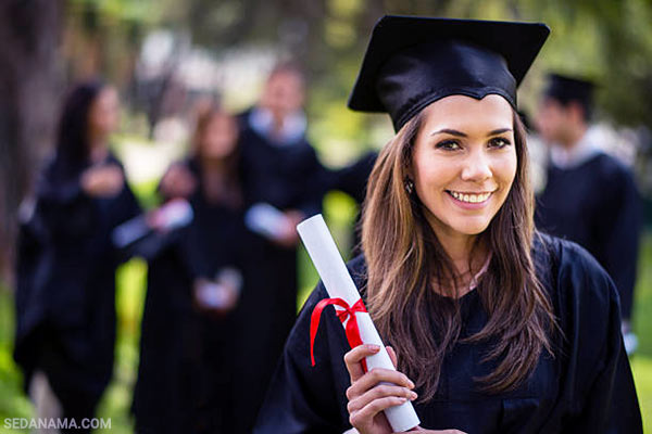 college student graduate sdnm1 - راهنمای خرید هدیه فارغ التحصیلی: 1+12 ایده برای خرید هدیه
